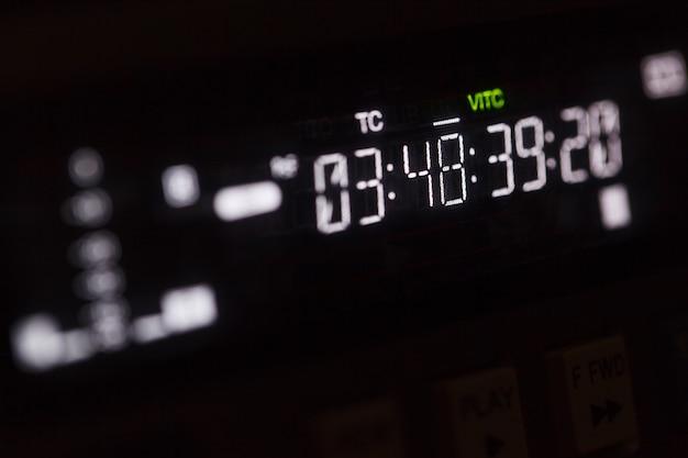 Timecode läuft auf dem professionellen videorekorder.