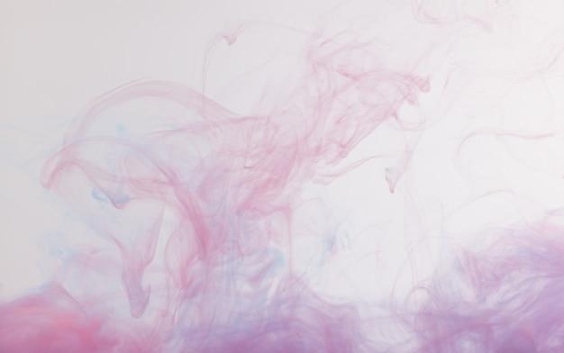 Tinte in wasser und weißem hintergrund