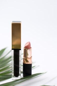 Tinte und rosafarbener lippenstift auf weiß