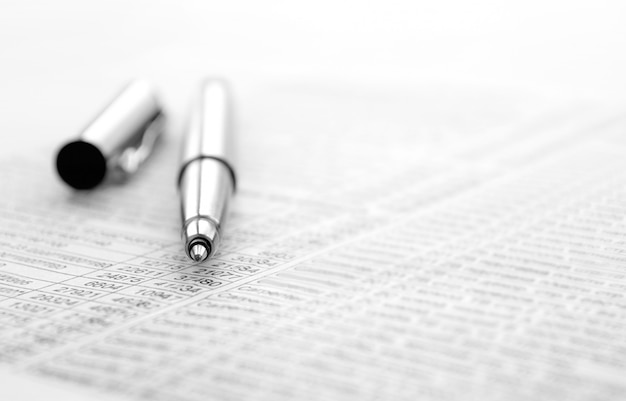Tintenfeder und dokumente mit den aufzeichnungen für geschäft