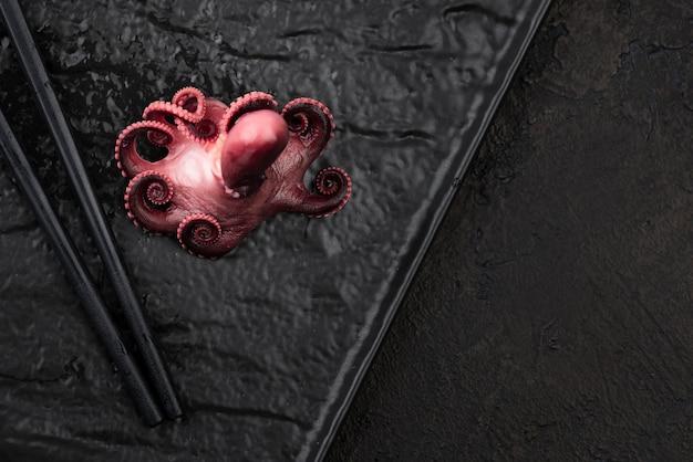 Tintenfisch auf teller mit stäbchen