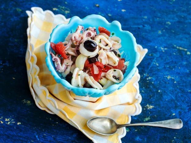 Tintenfischsalat mit tomaten und oliven