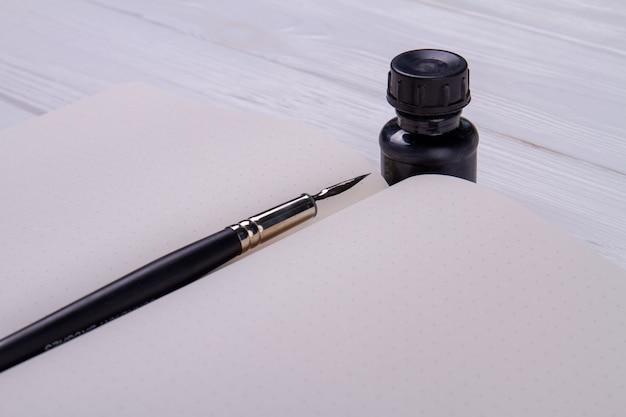 Tintenstift auf dem leeren kopierbuch.