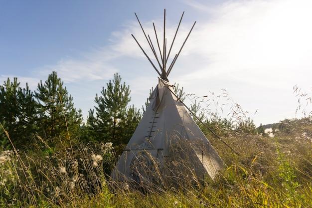Tipi indianerzelt in der herbstlandschaft