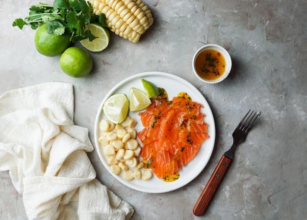 Tiradito de lachs. peruanisches gericht aus rohem fisch, carpaccio