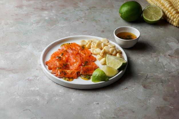 Tiradito de lachs - peruanisches gericht aus rohem fisch, carpaccio