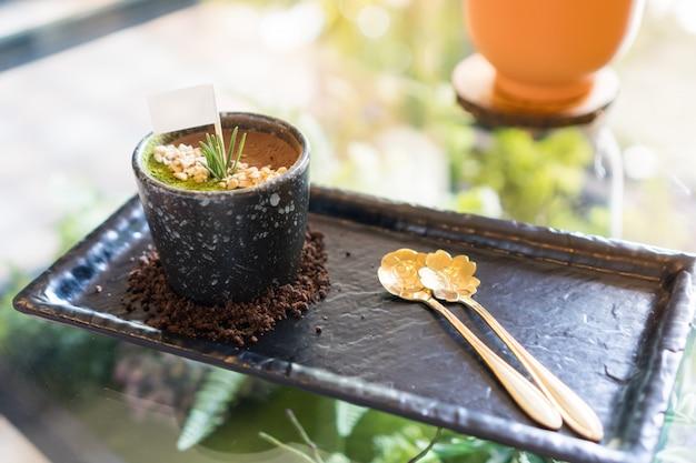 Tiramisu-chiffon-kuchen, der nachtisch, der wie gras und boden aussieht