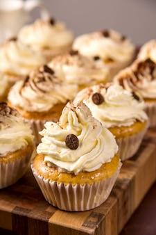 Tiramisu-cupcakes mit kakaopulver verziert