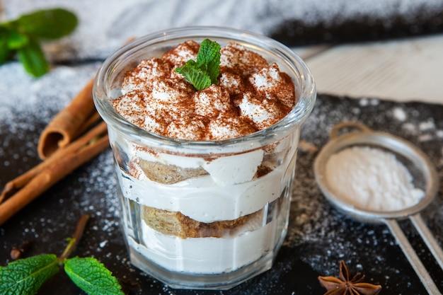 Tiramisu dessert mit mascarponecreme und kakao