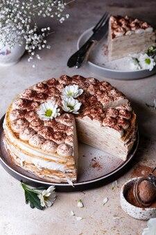 Tiramisu-kreppkuchen mit mascarpone und amaretto auf hellem hintergrund