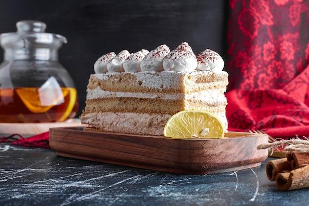 Tiramisu-kuchen auf einem holzbrett.