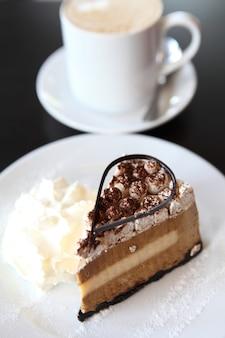 Tiramisu-kuchen und kaffee