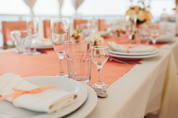 Tisch am meer gedeckt Premium Fotos
