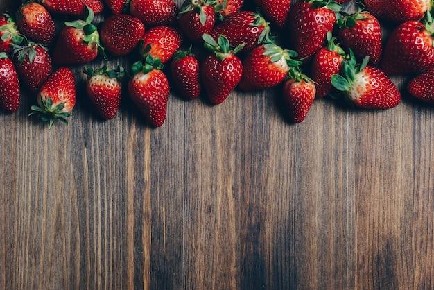 Tisch eines holztischs mit erdbeeren