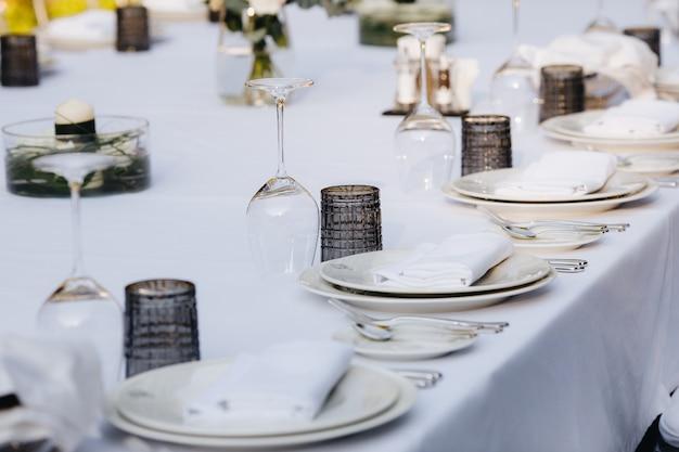 Tisch für das abendessen in einem restaurant gedeckt
