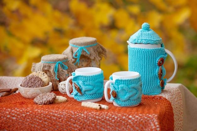 Tisch für das mittagessen in der herbstnatur vorbereitet, picknick.