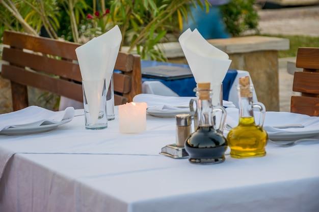 Tisch für ein romantisches abendessen bei kerzenschein