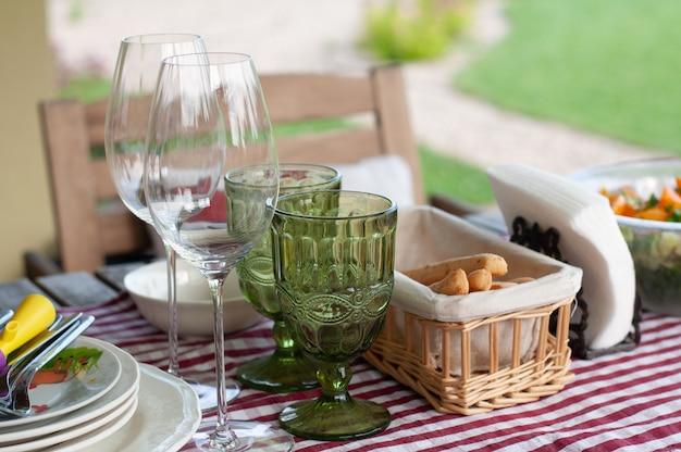 Tisch für ein schönes sommermittagessen im freien gedeckt.