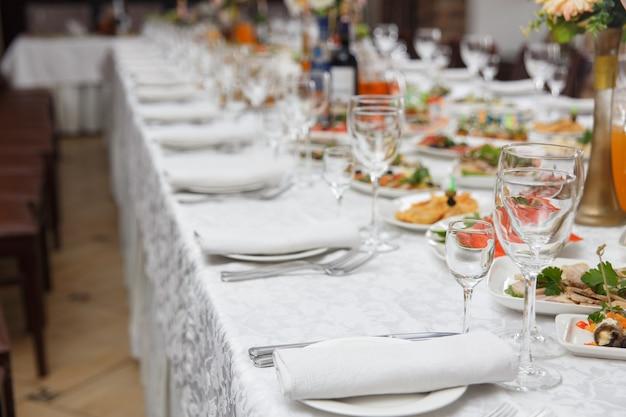 Tisch für hochzeit gedeckt
