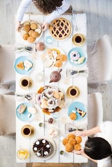 Tisch für party vorbereiten