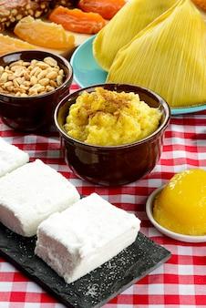 Tisch für traditionelle party vorbereitet - festa junina.