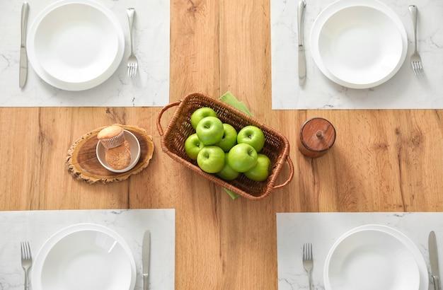 Tisch im modernen esszimmer, draufsicht