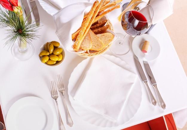 Tisch im restaurant mit gläsern wein und portion