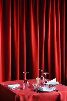 Tisch im restaurant Premium Fotos