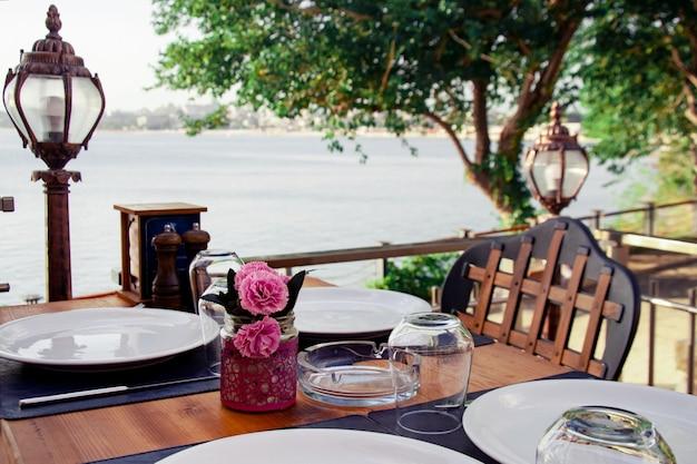 Tisch in einem sommercafé serviert