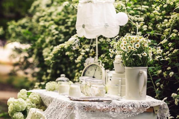 Tisch ist in weiß mit alten stunden dekoriert