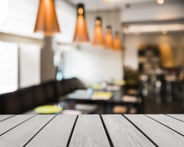 Tisch mit blick auf restaurant