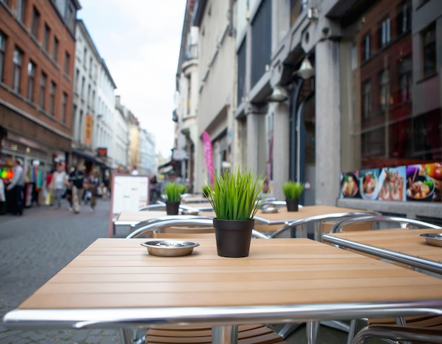 Tisch mit blume im straßencafé