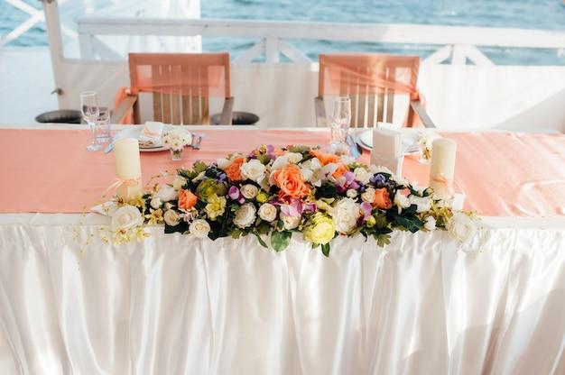 Tisch mit blumen am meer gedeckt