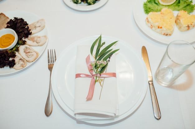 Tisch mit blumen gedeckt