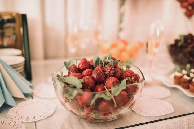 Tisch mit essen für den urlaub. küche. kulinarisches buffet. abendessen catering. essen essen. feier party. konzepthochzeitsgeburtstag. süßes gebäck desserts