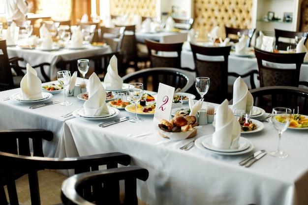 Tisch mit essen und trinken