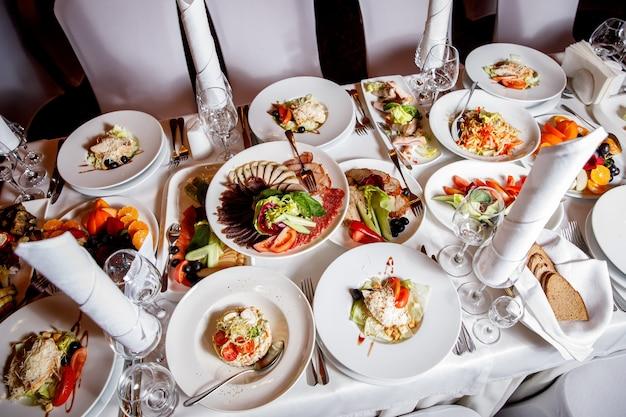 Tisch mit essen vor dem bankett. bereit für die gästehalle.