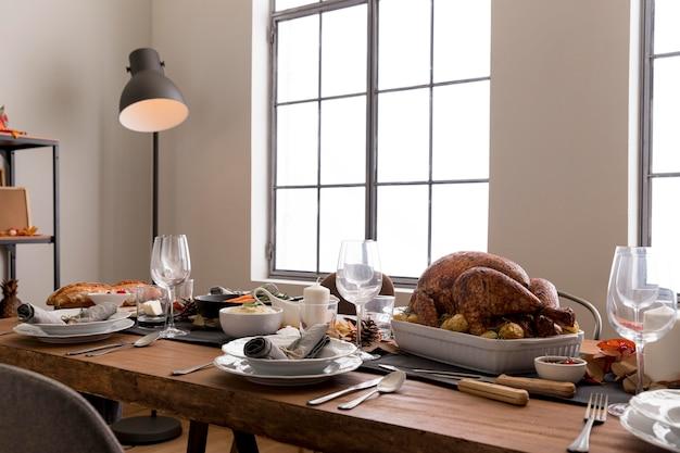 Tisch mit essen zum erntedankfest