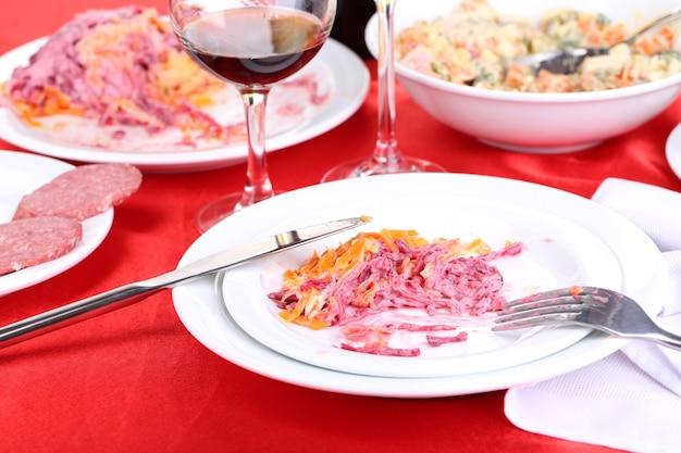 Tisch mit festlichen speisen nach festessen nahaufnahme close