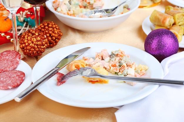 Tisch mit festlichen speisen nach festessen nahaufnahme