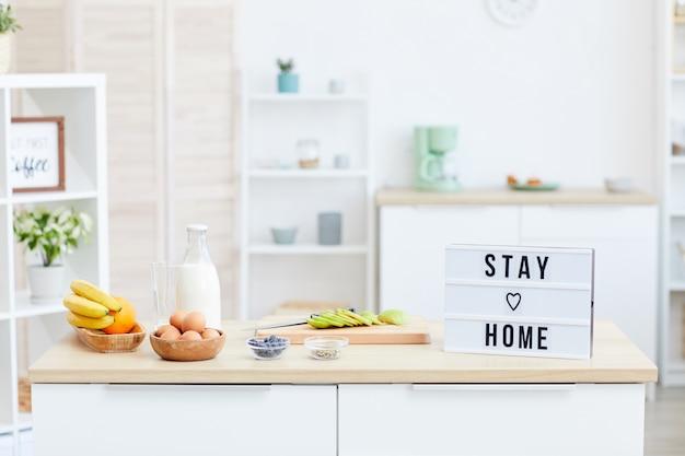 Tisch mit früchten und anderen produkten in der häuslichen küche