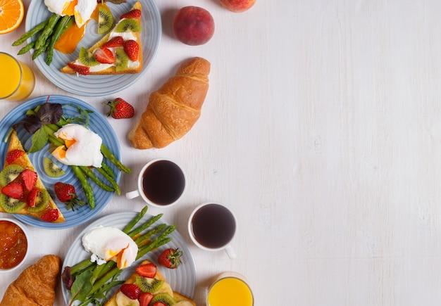 Tisch mit frühstück, draufsicht.