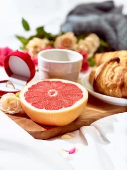 Tisch mit frühstück