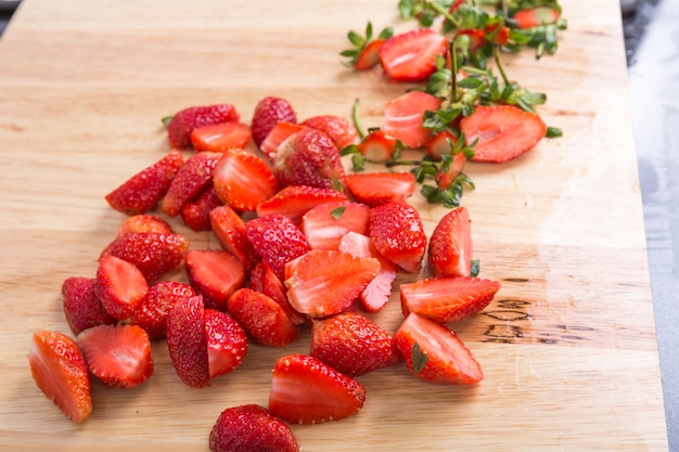 Tisch mit geschnittenen erdbeeren