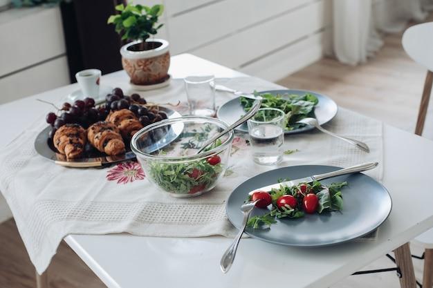 Tisch mit gesundem, leckerem frühstück, umgeben von modernem interieur am sommermorgen