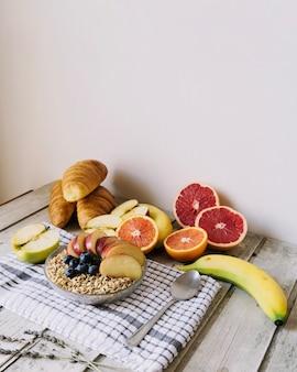 Tisch mit getreide und früchten
