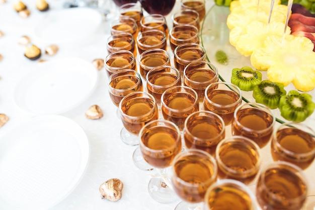 Tisch mit gläsern und früchten