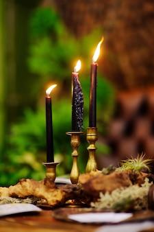 Tisch mit kerzen für weihnachtsfeier