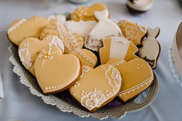 Tisch mit kuchen süßigkeiten süßigkeiten buffet