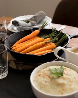 Tisch mit leckerem essen zum erntedankfest